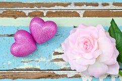 Ρόδινες καρδιές και ρόδινα τριαντάφυλλα στο βρώμικο ανοικτό μπλε ξύλινο backgroun Στοκ φωτογραφίες με δικαίωμα ελεύθερης χρήσης