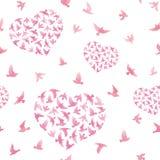 Ρόδινες καρδιές κρητιδογραφιών με τα πετώντας πουλιά Επαναλαμβανόμενο πρότυπο watercolor Στοκ εικόνες με δικαίωμα ελεύθερης χρήσης