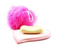 Ρόδινες πετσέτες και ριπή λουτρών με το άσπρο σαπούνι Στοκ Εικόνα