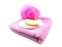 Ρόδινες πετσέτες και ριπή λουτρών με το άσπρο σαπούνι Στοκ Εικόνες