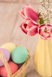 Ρόδινες τουλίπες και ζωηρόχρωμα αυγά Πάσχας Στοκ εικόνα με δικαίωμα ελεύθερης χρήσης