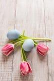 Ρόδινες τουλίπες και μπλε αυγά Πάσχας άνωθεν Στοκ Φωτογραφίες