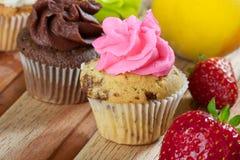 Ρόδινες τσιπ σοκολάτας και σοκολάτα cupcake Στοκ φωτογραφία με δικαίωμα ελεύθερης χρήσης