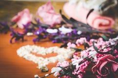 Ρόδινη έννοια λουλουδιών oils soaps stones spa Στοκ φωτογραφία με δικαίωμα ελεύθερης χρήσης