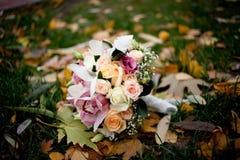Ρόδινη γαμήλια ανθοδέσμη με τα τριαντάφυλλα και τις ορχιδέες Στοκ Εικόνες