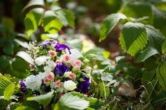Ρόδινη γαμήλια ανθοδέσμη με τα τριαντάφυλλα και τις ορχιδέες Στοκ εικόνα με δικαίωμα ελεύθερης χρήσης