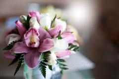Ρόδινη γαμήλια ανθοδέσμη με τα τριαντάφυλλα και τις ορχιδέες Στοκ φωτογραφία με δικαίωμα ελεύθερης χρήσης