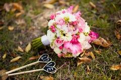 Ρόδινη γαμήλια ανθοδέσμη με τα τριαντάφυλλα και το gladiolus Στοκ Εικόνες