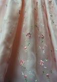 Ρόδινη καθαρή λεπτομέρεια φορεμάτων με τα κεντημένα λουλούδια Στοκ φωτογραφία με δικαίωμα ελεύθερης χρήσης