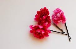 Ρόδινη καρφίτσα λουλουδιών για την τρίχα στοκ φωτογραφία με δικαίωμα ελεύθερης χρήσης