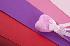 Ρόδινη καρδιά σε πολύχρωμο Στοκ Φωτογραφία