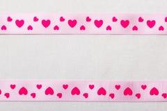 Ρόδινη κορδέλλα καρδιών στο υπόβαθρο υφασμάτων Στοκ φωτογραφίες με δικαίωμα ελεύθερης χρήσης