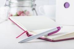Ρόδινη μάνδρα σφαιρών με το ρόδινο σημειωματάριο Στοκ φωτογραφία με δικαίωμα ελεύθερης χρήσης