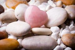 Ρόδινη πέτρα καρδιών στο υπόβαθρο πετρών SPA Στοκ Εικόνα