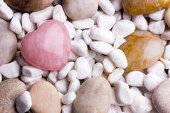 Ρόδινη πέτρα καρδιών στο υπόβαθρο πετρών SPA Στοκ Εικόνες