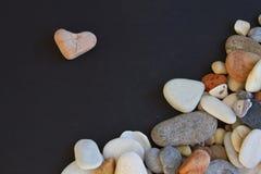 Ρόδινη πέτρα όπως τη μορφή καρδιών και άλλες πέτρες Στοκ φωτογραφία με δικαίωμα ελεύθερης χρήσης