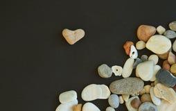 Ρόδινη πέτρα όπως τη μορφή καρδιών και διαφορετικά χαλίκια Στοκ Φωτογραφίες