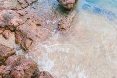 Ρόδινη πέτρα Arkose, άμμος και τοπ άποψη νερού της θάλασσας Στοκ Εικόνες