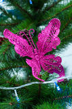 Ρόδινη πεταλούδα στη διακόσμηση χριστουγεννιάτικων δέντρων - δέντρο πεύκων Στοκ Εικόνες