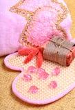 Ρόδινη πετσέτα λουτρών, φυσικό σαπούνι, τρίφτης σωμάτων Στοκ Φωτογραφίες