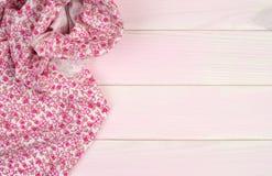 Ρόδινη πετσέτα πέρα από τον ξύλινο πίνακα Στοκ φωτογραφία με δικαίωμα ελεύθερης χρήσης