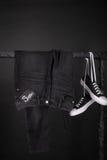 ρόδινη πώληση κίτρινη μαύρη Παρασκευή και άσπρο εσώρουχο πάνινων παπουτσιών, τζιν που κρεμά στο υπόβαθρο ραφιών ενδυμάτων κλείστε Στοκ Εικόνες