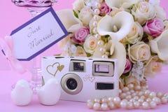 Ρόδινη ρύθμιση θέσεων γαμήλιων πινάκων θέματος στοκ εικόνες