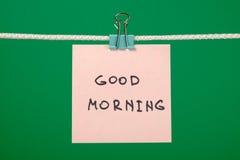 Ρόδινη σημείωση εγγράφου για τη σκοινί για άπλωμα με τη καλημέρα κειμένων Στοκ φωτογραφία με δικαίωμα ελεύθερης χρήσης