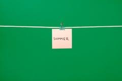 Ρόδινη σημείωση εγγράφου για τη σκοινί για άπλωμα με το καλοκαίρι κειμένων Στοκ Εικόνες