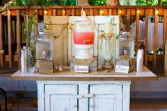 Ρόδινη στάση λεμονάδας δεξίωσης γάμου στοκ εικόνες