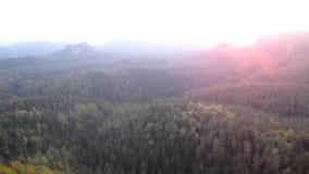 Ρόδινη στιγμή πριν από τη χαραυγή στο πάρκο αυτοκρατοριών βράχου Αιχμές ψαμμίτη που αυξάνονται την ομίχλη από μπλε ή ρόδινη Χρονι φιλμ μικρού μήκους