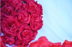Ρόδινη συστάδα των τριαντάφυλλων και των πετάλων Στοκ Εικόνα