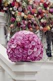 Ρόδινη σφαίρα λουλουδιών κεντρικών τεμαχίων τριαντάφυλλων Στοκ Εικόνα