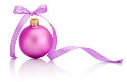 Ρόδινη σφαίρα Χριστουγέννων με το τόξο κορδελλών που απομονώνεται στο άσπρο υπόβαθρο Στοκ Εικόνες