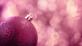 Ρόδινη σφαίρα Χριστουγέννων Στοκ Εικόνες