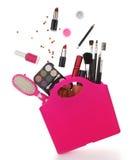 Ρόδινη τσάντα αγορών με τα διάφορα καλλυντικά Στοκ φωτογραφία με δικαίωμα ελεύθερης χρήσης