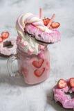 Ρόδινη φράουλα freakshake με τα γλυκά Στοκ Φωτογραφίες
