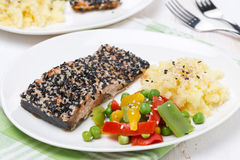 Ρόδινη λωρίδα σολομών στο σουσάμι, λαχανικά, πατάτες στοκ φωτογραφία