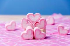 Ρόδινη marshmallows μορφή καρδιών - έννοια βαλεντίνων στοκ εικόνα