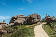 Ρόδινοι απότομοι βράχοι γρανίτη σε Άγιος-Guirec (Γαλλία) Στοκ Εικόνα