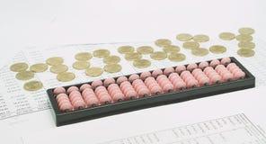 Ρόδινος άβακας και χρυσά νομίσματα που τίθενται ως χρήματα Στοκ Εικόνες