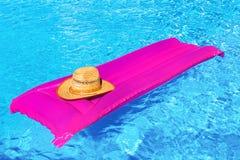 Ρόδινος αέρας mattrass με το καπέλο στην πισίνα Στοκ Φωτογραφία