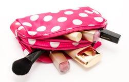 Ρόδινος αποτελέστε την τσάντα με τα καλλυντικά που απομονώνονται σε ένα λευκό στοκ εικόνα με δικαίωμα ελεύθερης χρήσης