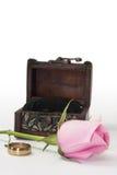 Ρόδινος αυξήθηκε με το ξύλινο δαχτυλίδι στηθών και γάμου Στοκ φωτογραφίες με δικαίωμα ελεύθερης χρήσης