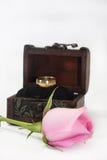 Ρόδινος αυξήθηκε με το ξύλινο δαχτυλίδι στηθών και γάμου Στοκ φωτογραφία με δικαίωμα ελεύθερης χρήσης