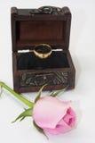 Ρόδινος αυξήθηκε με το ξύλινο δαχτυλίδι στηθών και γάμου Στοκ Φωτογραφία