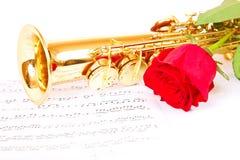 Ρόδινος αυξήθηκε, φύλλο saxophone και μουσικής Στοκ Φωτογραφίες