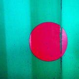 Ρόδινος κύκλος στον πράσινο τοίχο Στοκ Φωτογραφία