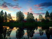 Ρόδινος ουρανός βραδιού με τις αντανακλάσεις των δέντρων στο νερό στοκ φωτογραφία με δικαίωμα ελεύθερης χρήσης