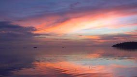 Ρόδινος ουρανός στο σούρουπο με την ήρεμη άποψη θάλασσας απόθεμα βίντεο